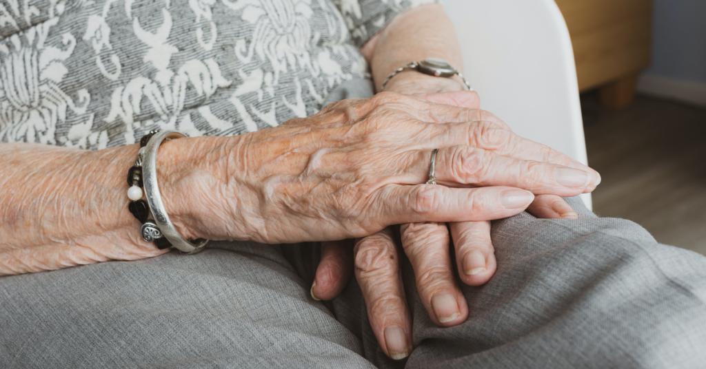 Consejos para acompañar a nuestros mayores en el duelo